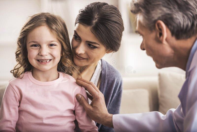 Femme joyeuse regardant la petite fille de sourire photos stock