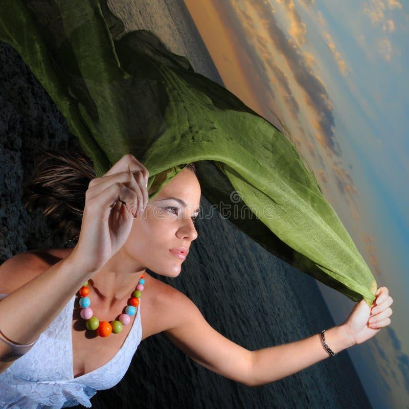 Femme joyeux au coucher du soleil image stock