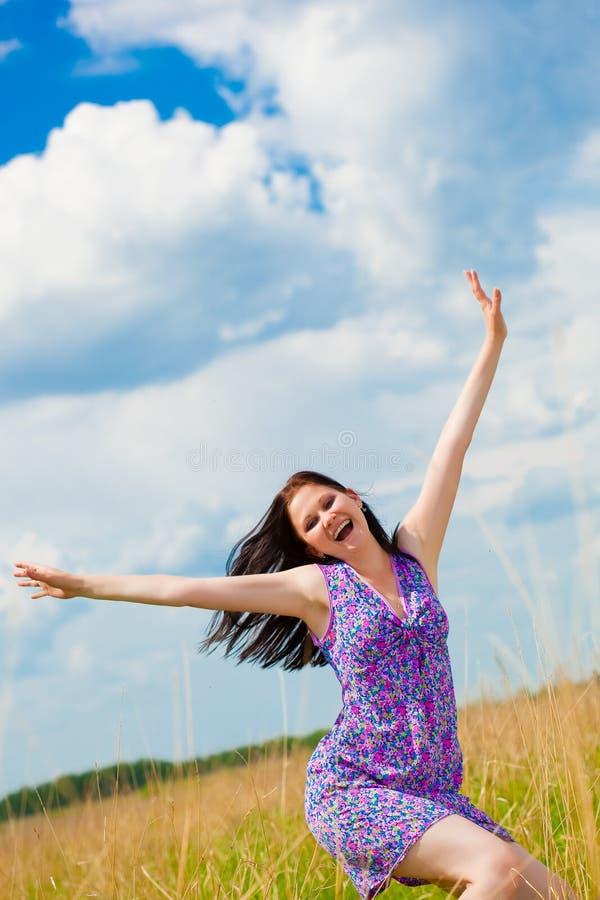 Femme joyeux dans le domaine images stock