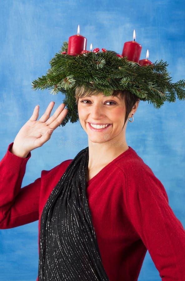 Femme joyeux de ondulation avec la guirlande d'arrivée photos libres de droits