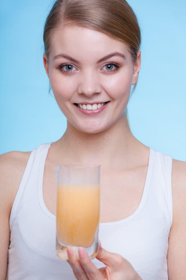Femme jugeant de verre avec l'eau et le comprimé effervescent image stock