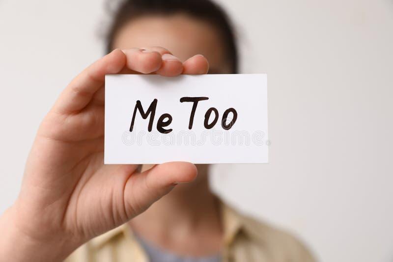 Femme jugeant le papier avec le texte imitation sur le fond léger Agression sexuelle d'arrêt photographie stock libre de droits