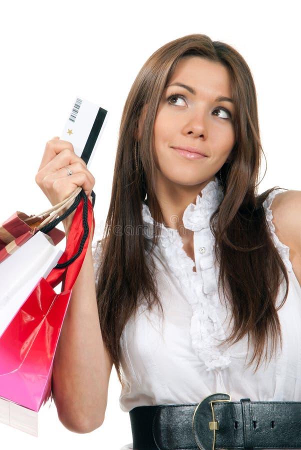 Femme jugeant par la carte de crédit, sacs à provisions dans des mains images libres de droits