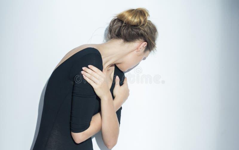 Femme jugeant ses bras croisés photo stock