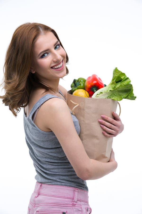 Femme jugeant un sac à provisions plein des épiceries photographie stock libre de droits