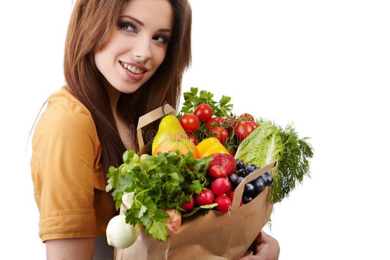 Femme jugeant un sac plein de la nourriture saine. photo libre de droits