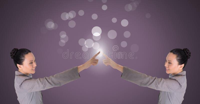 Femme jumelle de clone se touchant avec des étincelles images stock