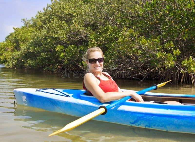 Femme Kayaking images libres de droits