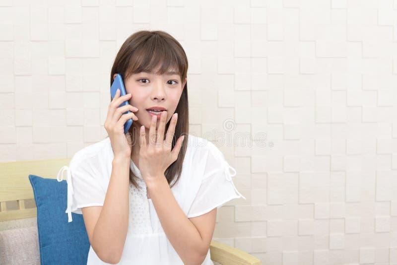 Femme ? l'aide d'un t?l?phone intelligent image stock