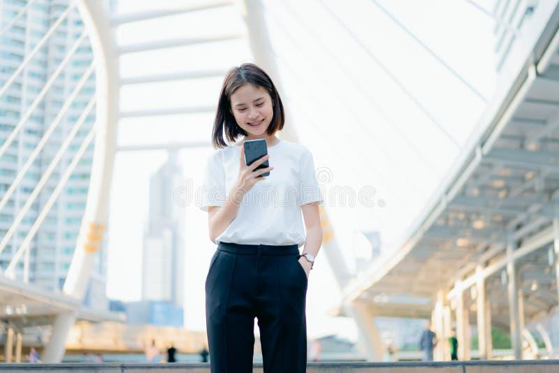 Femme ? l'aide du smartphone, pendant le temps libre Le concept d'utiliser le t?l?phone est essentiel dans la vie quotidienne images libres de droits