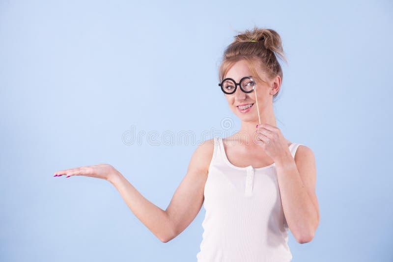 Femme ?l?gante feignant les lunettes de port images stock