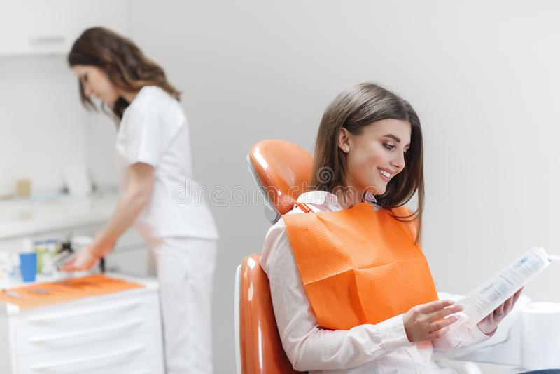 Femme ? la r?ception d'un dentiste dans une clinique dentaire photos stock