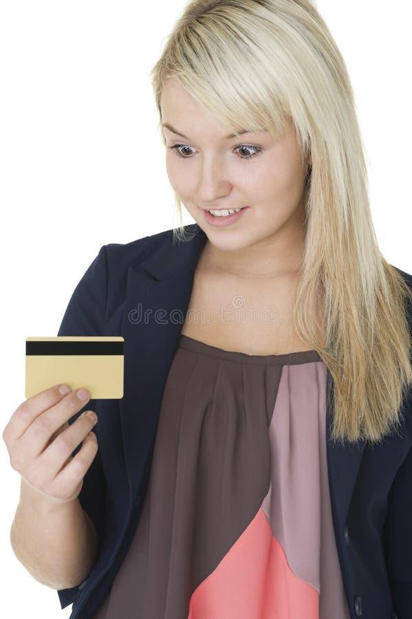 Femme la regardant par la carte de crédit photographie stock libre de droits