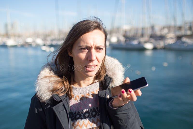 Femme laissant un massage de voix au téléphone photos libres de droits