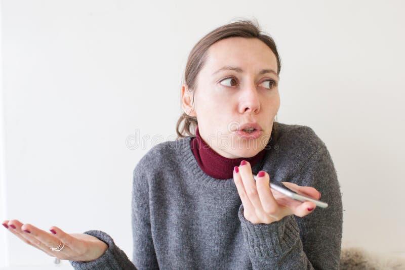Femme laissant un massage de voix au téléphone photo libre de droits