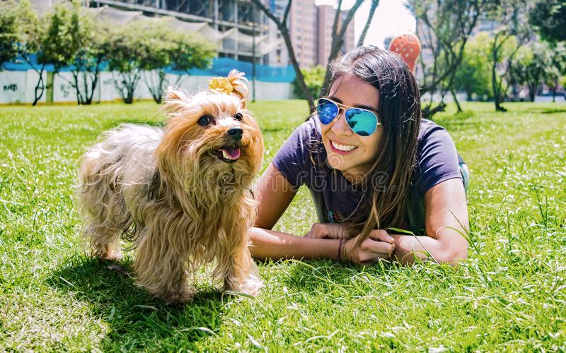 Femme latine avec son ami canin fidèle Yorkshire Terrier image stock