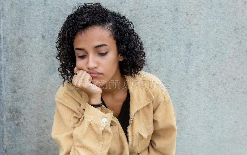 Femme latino-américaine triste et seule image stock