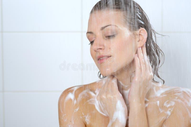 Femme lavant son gel de douche de corps photo libre de droits