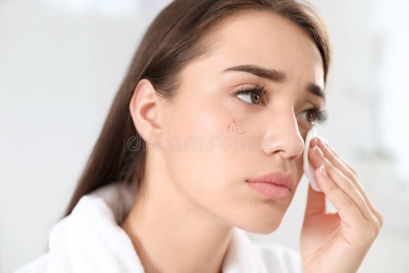 Femme le problème de perte de cil étant coupé le maquillage à l'intérieur photos libres de droits