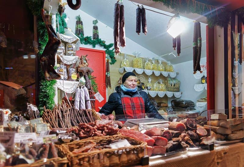Femme letton vendant les marchandises traditionnelles à Noël mA de Riga photographie stock libre de droits
