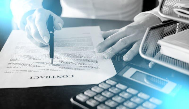 Femme lisant un contrat d'achat de voiture ; exposition multiple image stock