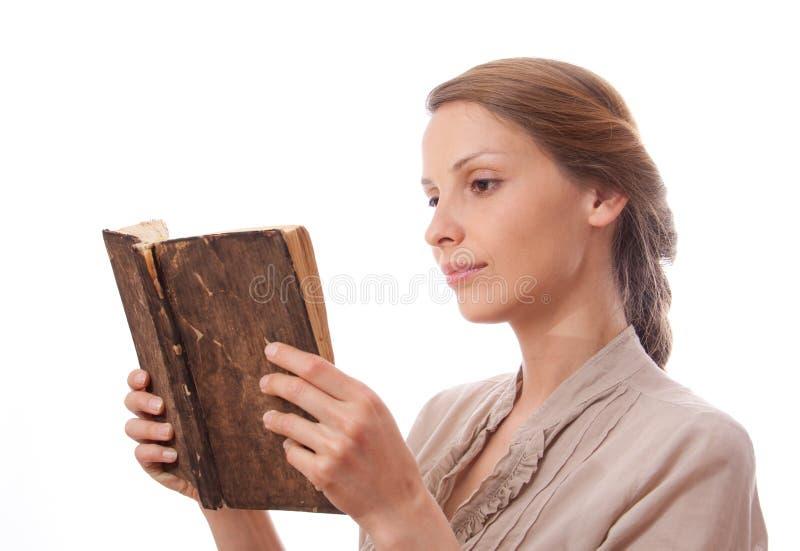 Femme lisant un livre, d'isolement photos libres de droits
