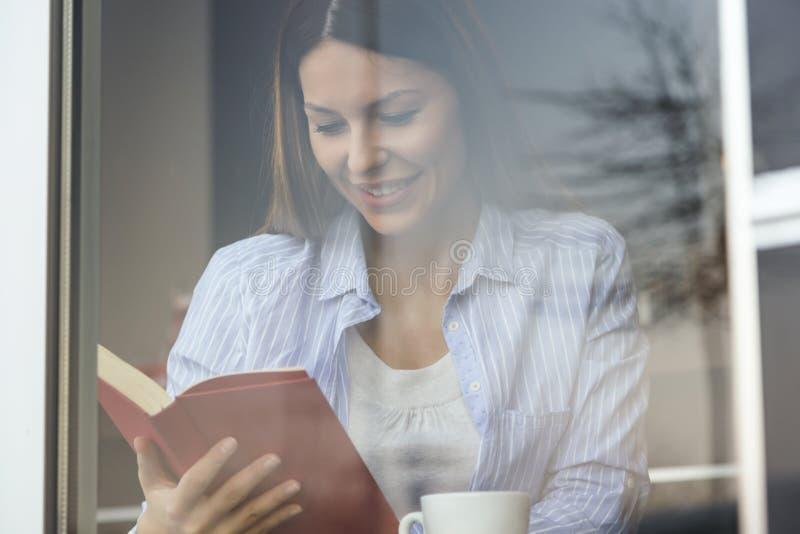 Femme lisant un livre image stock