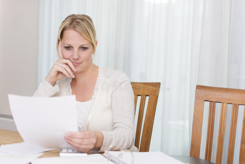 Femme lisant une lettre images libres de droits