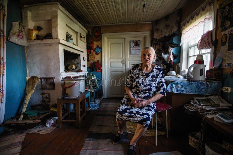 Femme locale de Vepsian dans sa maison rurale images libres de droits