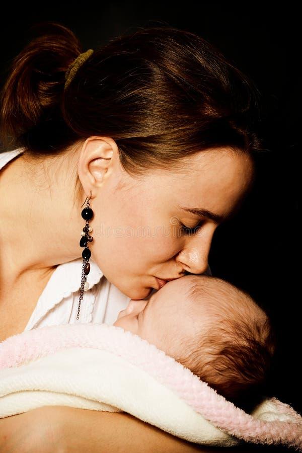 Femme, mère souriant à l'enfant image stock