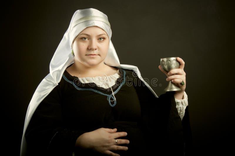 Femme médiéval avec le gobelet images stock
