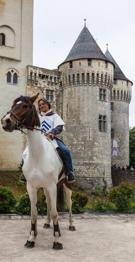 Femme médiéval conduisant un cheval image libre de droits