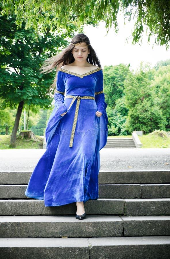 Femme médiéval en bas des escaliers image libre de droits
