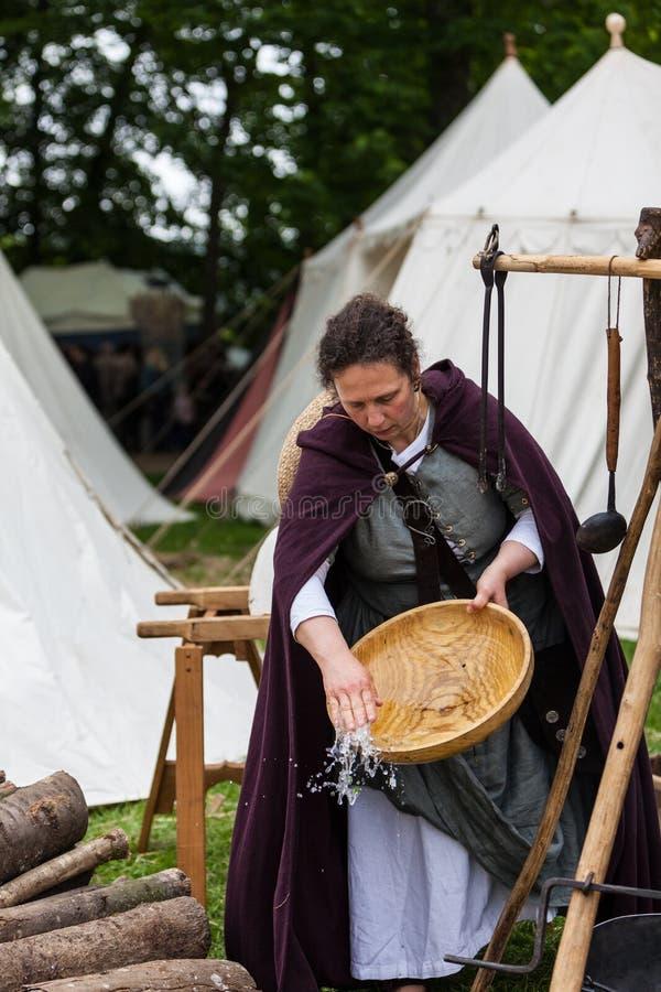 Femme médiéval faisant la vaisselle photographie stock libre de droits