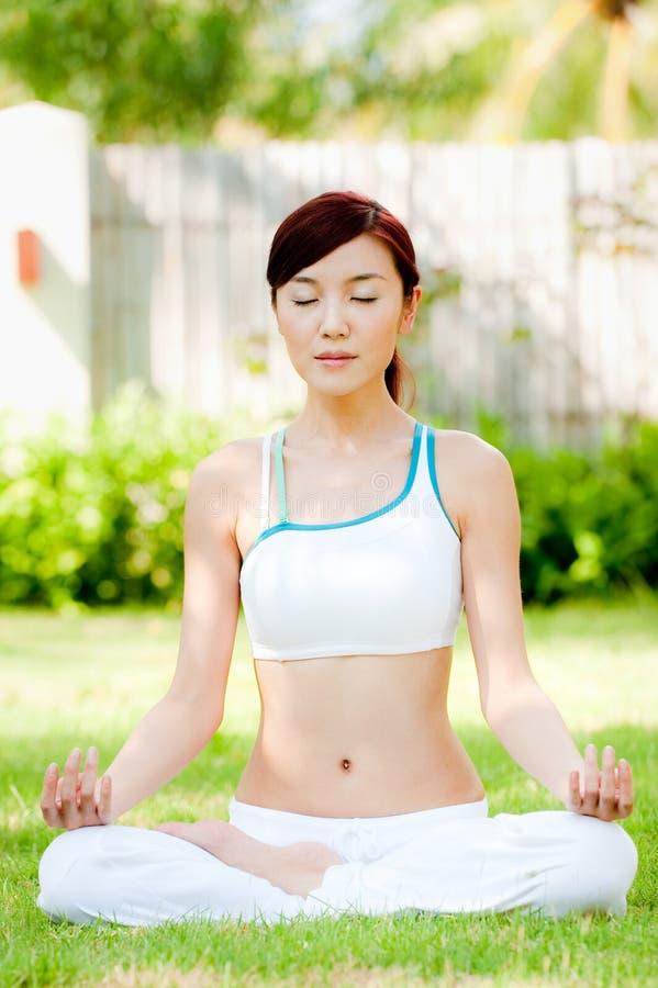 Femme méditant images stock