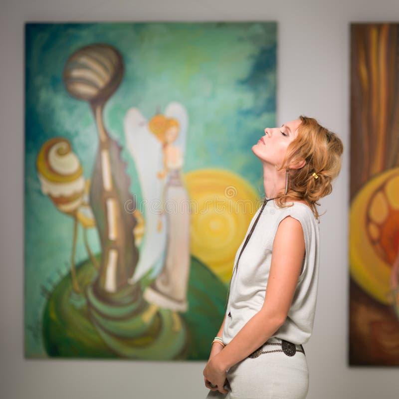 Femme méditant dans la galerie d'art image stock
