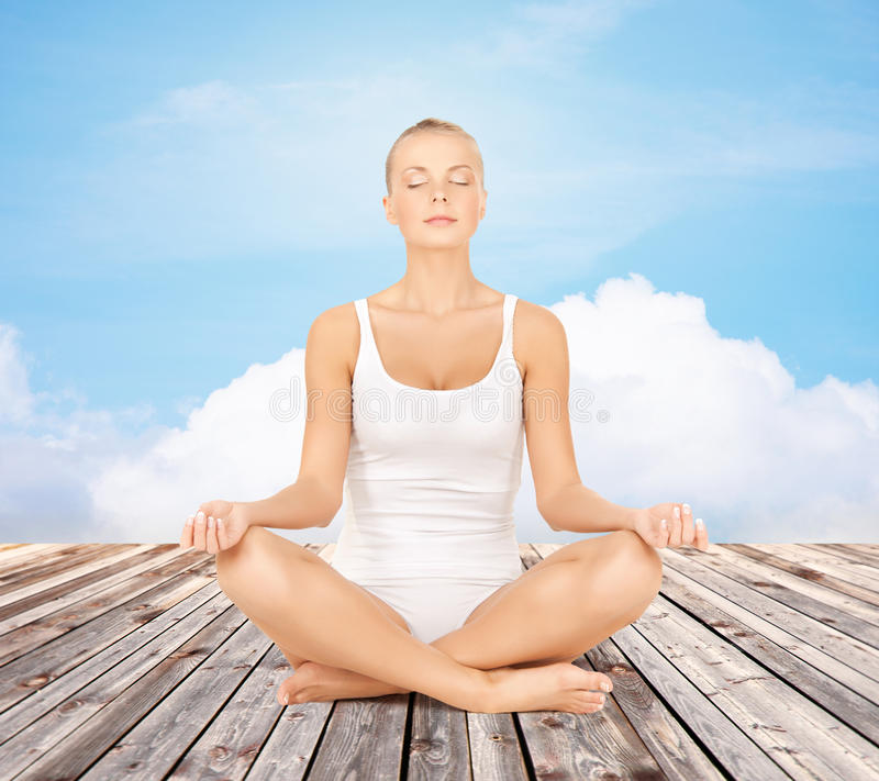 Femme méditant dans la pose de lotus de yoga photographie stock libre de droits