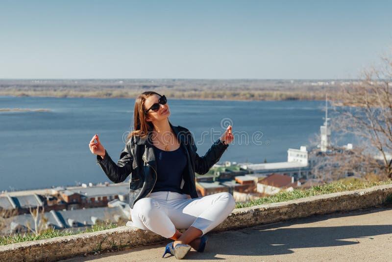 Femme méditant sur le bord de mer image libre de droits