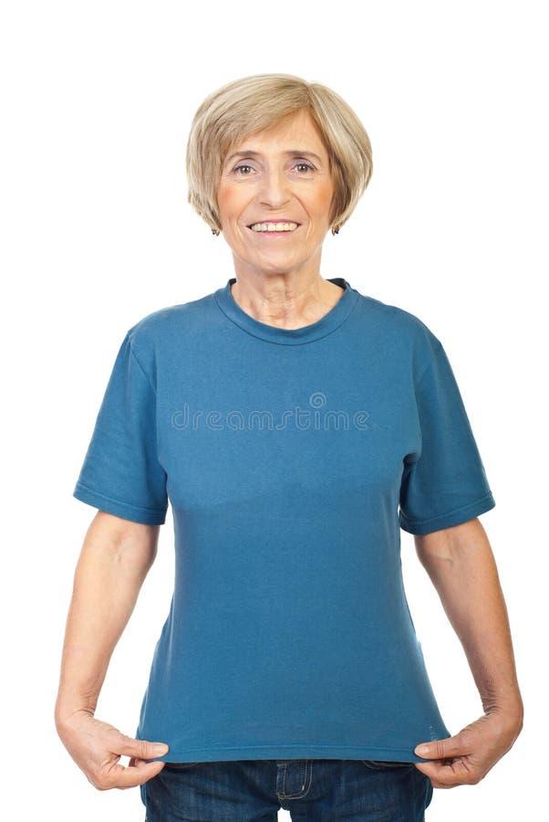 Femme mûr affichant son T-shirt image stock