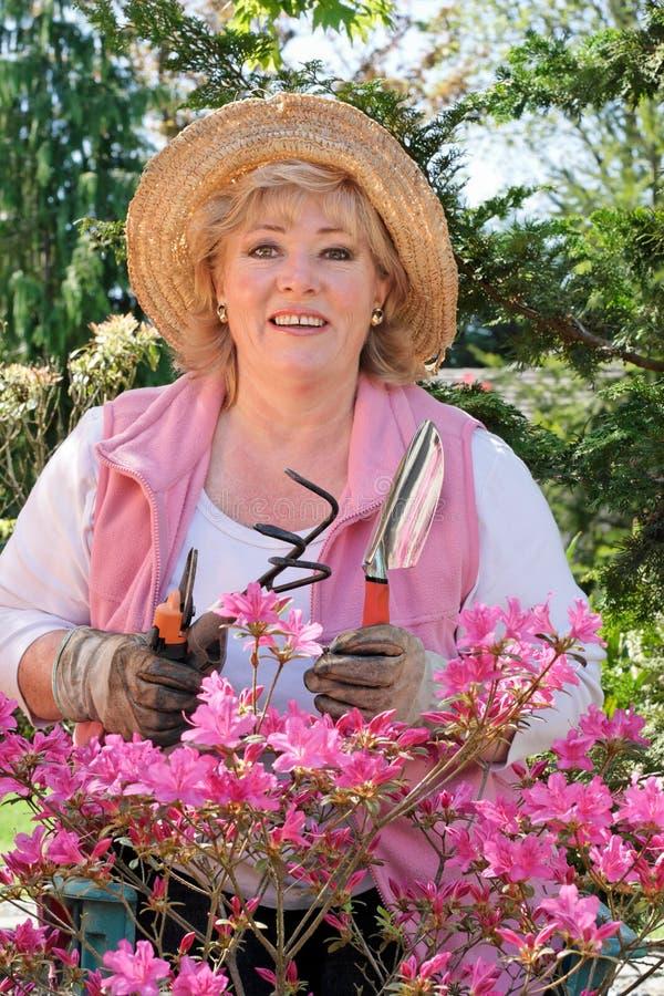 Femme mûr avec des outils de jardinage images stock