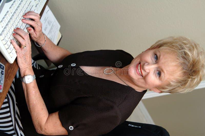 Femme mûr dans le Home Office  images libres de droits