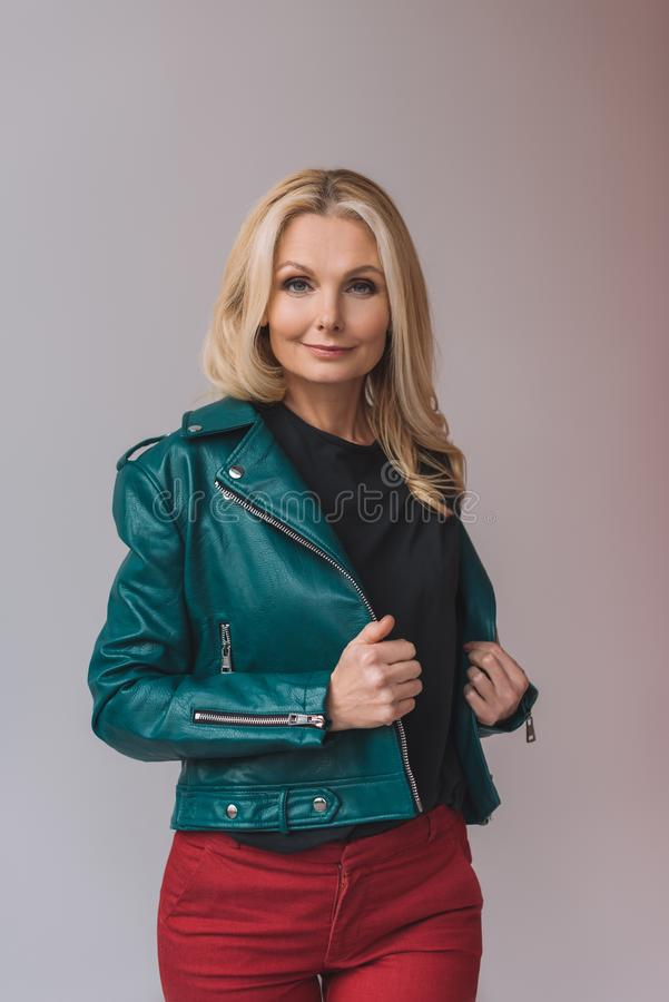femme mûre à la mode de sourire dans la veste en cuir photos stock