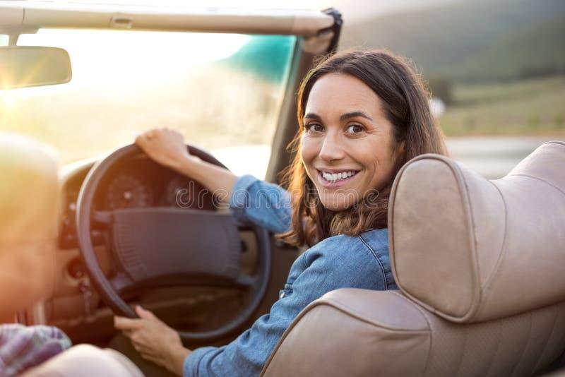 Femme mûre conduisant la voiture photos libres de droits