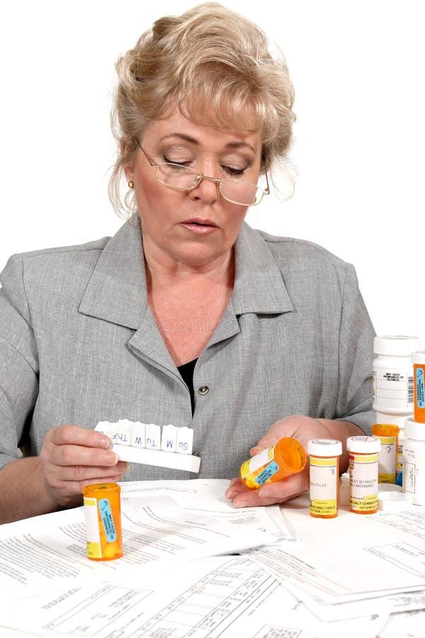 Femme mûre contrôlant la prescription image stock