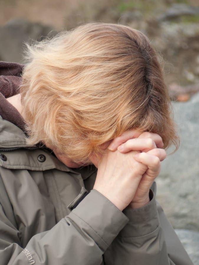 Femme mûre de prière photos libres de droits