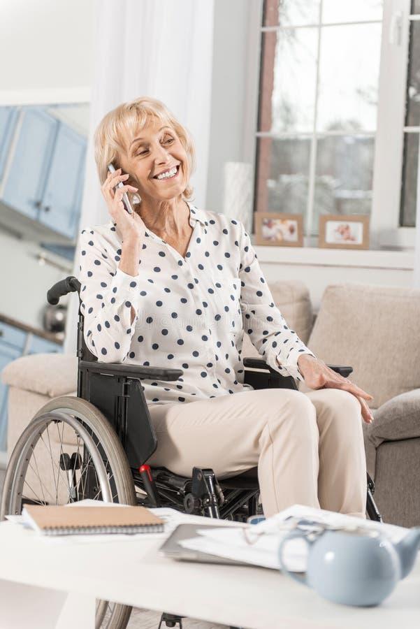 Femme mûre handicapée appelle la fille photos stock