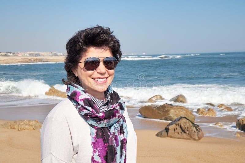 Femme mûre heureuse de 50 ans sur la plage image libre de droits
