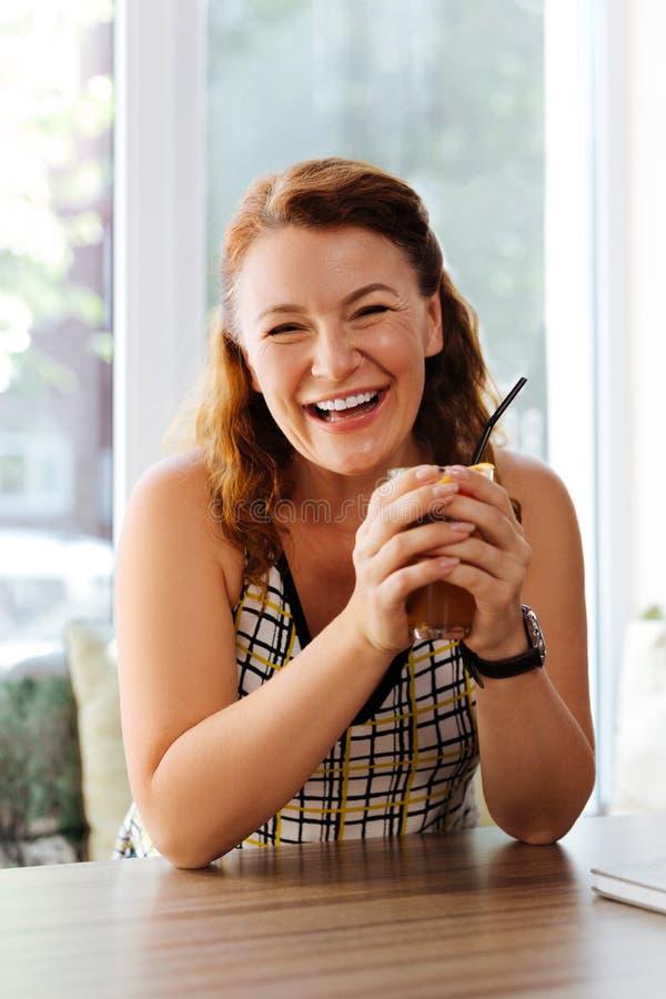 Femme mûre heureuse riant tout en communiquant avec le mari images libres de droits