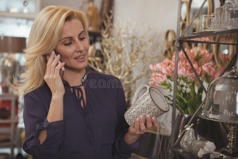 Femme mûre magnifique faisant des emplettes à la maison magasin de décor photo stock