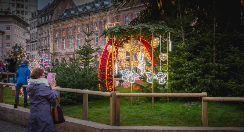 Femme mûre prenant une photo du logo du marché de Noël du St images libres de droits
